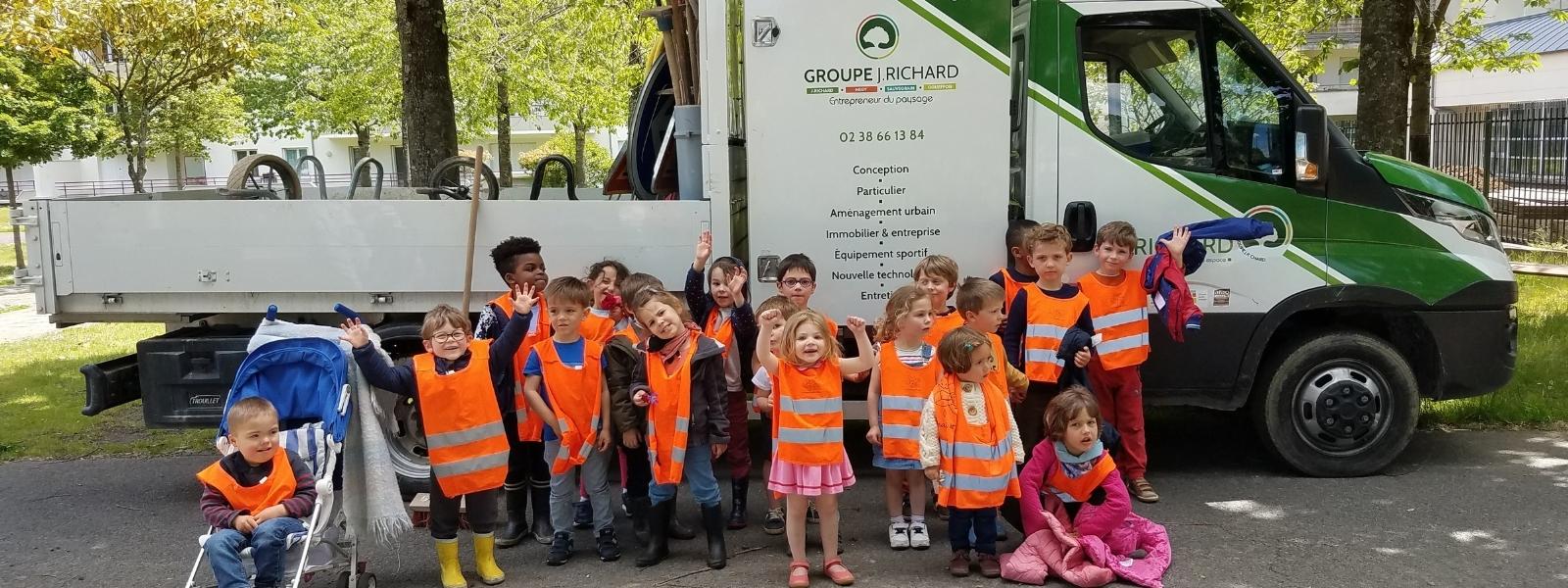 Les enfants de l'école Le Renard et La Rose devant le camion J.Richard Paysage avant le lancement des travaux d'aménagement de leur cour de récréation